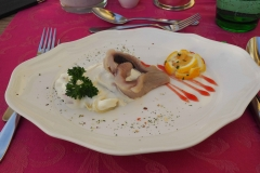 Matjesfilet auf Apfel-Zwiebelsalat