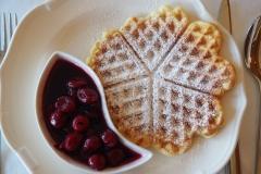 Waffel mit Sauerkirschen - Frühstück